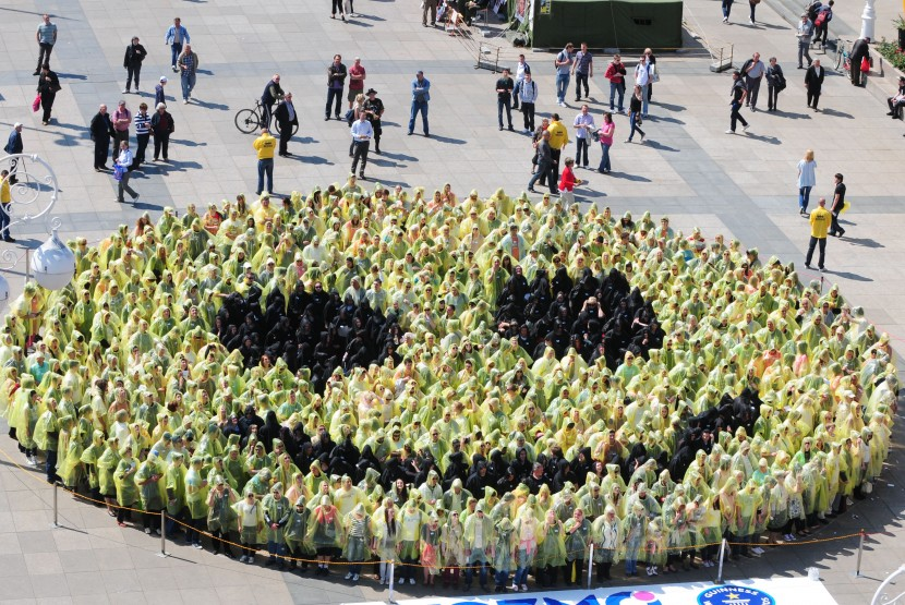 Smile, Croatians break the world record for biggest human smiley