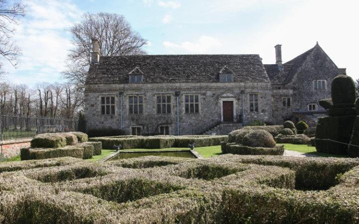 MANOR HOUSE FORCED TO RIP UP ICONIC HEDGES RAVAGED BY BOX BLIGHT