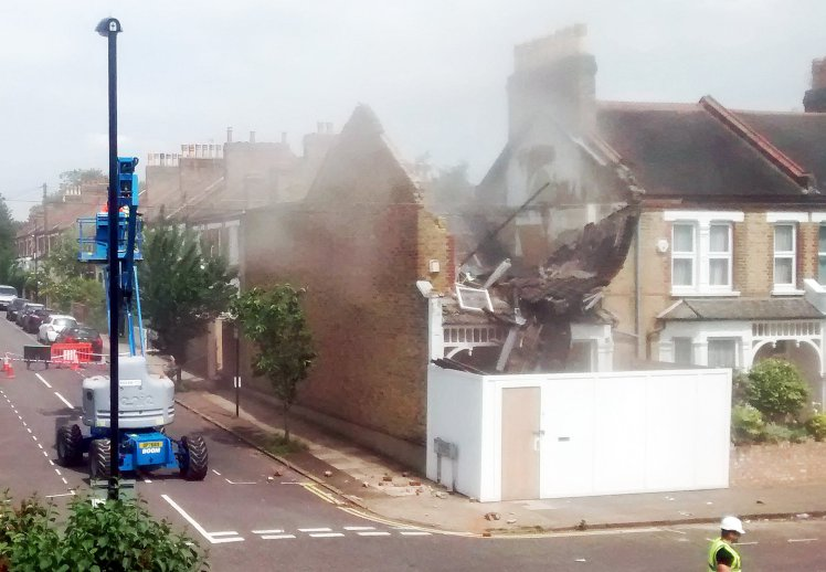 VIDEO CAPTURES ROOF COLLAPSE