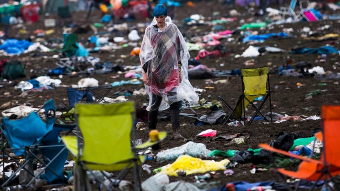 CARS STUCK IN THE MUD AFTER THE 'MUDDIEST GLASTONBURY EVER'