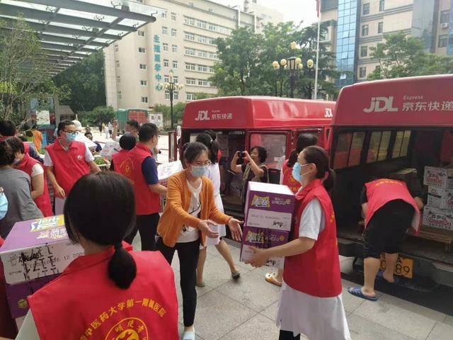 Liu Qiangdong's JD.com Donates Emergency Supplies to Stranded Passengers and Hospital Patients in Flooded Henan